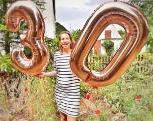 Texterin mit Luftballons zum 30ten.